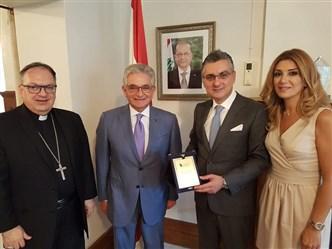 صفير يكرّم سفير لبنان في كندا